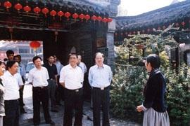 2006年9月25日市委领导陪同省委副书记冯敏刚一行参观何园