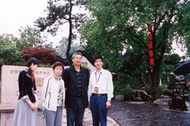 2006年5月25日香港海关关长汤显明参观何园