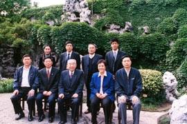 2006年5月11日全国人大副委员长布赫携夫人参观何园