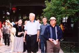 2006年5月1日全国政协副主席罗豪才参观何园